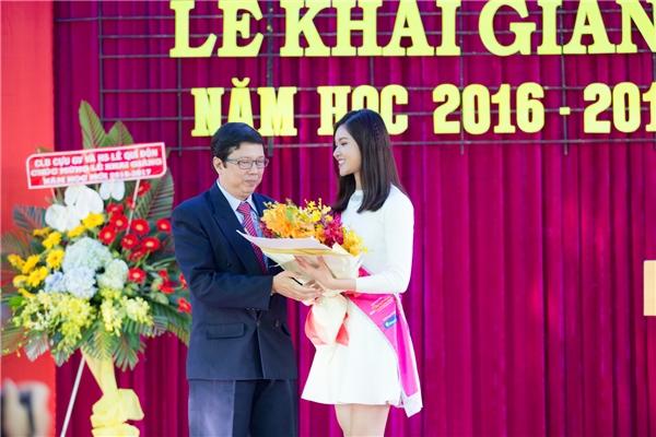 Trong buổi lễ, Thùy Dung phát biểu tri ân thầy cô cũ. Dù mới xa trường 2 năm nhưng cô không khỏi bùi ngùi, xúc động khi được quay trở lại những kí ức thuở đến trường.