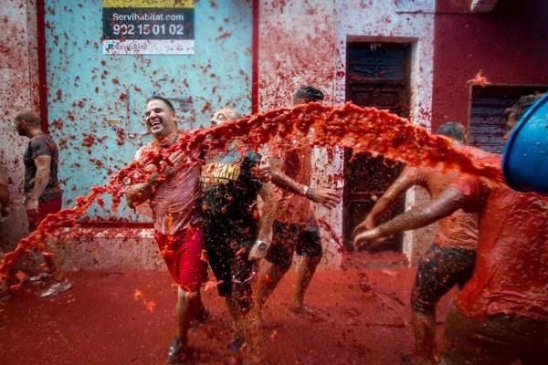 Mọi người có thể dùng mọi cách như ném, bôi, đập, thậm chí tạt cả xô cà chua vào đối thủ.