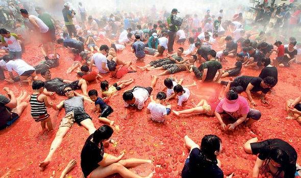 Cuộc chiến cà chuađã vượt ra khỏi biên giới Tây Ban Nha...