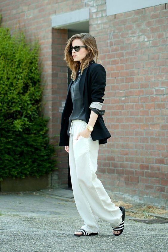 """Một chiếc áo blazer màu tối sẽ khiến trang phục của bạn trang trọng và """"chất"""" hơn trong mắt nhiều người."""