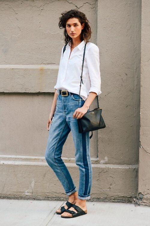 Nếu chỉ xuống phố dạo chơi thì bạn nên ưu tiên lựa chọn những đôi dép thoải mái kết hợp với áo sơ miphóng khoáng và quần jeans thời thượng.