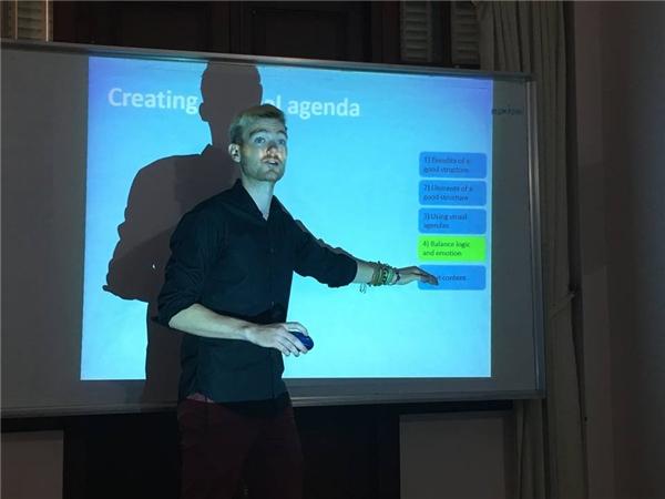 Thầy Sebastian trong buổi chia sẻ về kĩ năng thuyết trình.(Ảnh: FBNV)