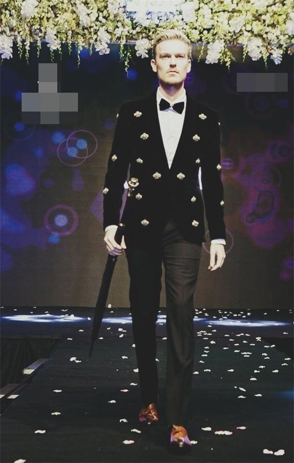 Thầy Sebastian trong vai trò người mẫu tự do. (Ảnh: FBNV)