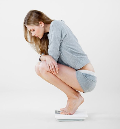 Kiểm tra cân nặng thường xuyên giúp bạn kiểm soát cân nặng tốt hơn. Bạn sẽ nhanh chóng nhận ra trọng lượng của cơ thể tăng hay giảm. Dù chỉ tăng vài lạng trong một tuần cơ thể của bạn cũng có thể tăng đến vài kg trong một tháng, vì vậy hãy nhớ kiểm tra cân nặng thường xuyên để kịp điều chỉnh chế độ ăn uống cho phù hợp nhé.