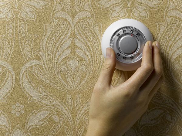 Nghe có vẻ hoang đường nhưng nhiệt độ phòng hoàn toàn ảnh hưởng đến cân nặng của bạn đấy. Cụ thể, nhiệt độ phòng thấp sẽ giúp bạn giảm đốt cháy nhiều calo hơn đến 30%. Nhưng cũng đừng vì thế mà lạm dụng cách này vàđiều chỉnh nhiệt độ phòng quá thấp nhé, bạn sẽ bị cảm lạnh hay thậm chí thèm ăn hơn mức bình thường đấy.