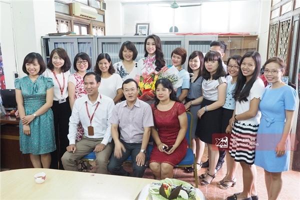 Hoa hậu Mỹ Linh tặng hoa và chụp ảnh lưu niệm cùng các thầy cô trong khoa Quản trị kinh doanh - ngành mà côđang theo học. - Tin sao Viet - Tin tuc sao Viet - Scandal sao Viet - Tin tuc cua Sao - Tin cua Sao
