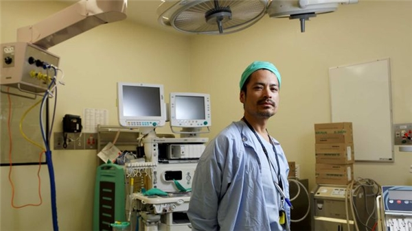 Hành trình ý nghĩa của một vị bác sĩ không ngại gian khổ, góp phần mang đến ánh sáng cho hàng trăm người nghèo ở Campuchia.   Bác sĩ Van Tung Bui là một bác sĩ gây mê tại Sydney, đồng thời là tình nguyện viên của quỹ Cambodia Vision. (Ảnh: NVCC)