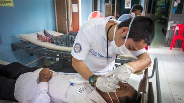 """""""Tôi yêu công việc của mình – một công việc tạo ra sự khác biệt. Tuy tôi chỉ có thể phẫu thuật cho một số lượng bệnh nhân không nhiều nhưng đó là tất cả đối với họ"""" – bác sĩ Tung cho biết.   Bác sĩ Tung tham gia tình nguyện cùng quỹ Cambodia Vision. (Ảnh: NVCC)"""