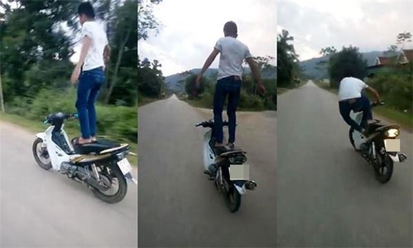 Hình ảnh một nam thanh niênđứng trên yên xe máy chạy vù vù trên đường. Ảnh: Internet