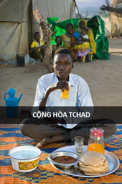 Abdel Karim Aboubakar (16 tuổi), người Sudan tị nạn tại Trại Tị nạn Breidjing, miền đông Cộng hòa Tchad, gần biên giới Sudan: 2.300 calo mỗi ngày. Cậu ăn chủ yếu một loại cháo yến mạch có tên aiysh cùng một loại súp lỏng nêm nếm rau thơm phơi khô. Thỉnh thoảng mới có vài mẩu thịt nếu mẹ cậu tìm được việc làm trên một cánh đồng trong làng trong khoảng 1-2 ngày.