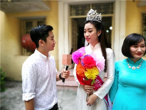 Hoa hậu nhiệt tình trả lời khi được hỏi về cảm xúc ngày trở lại - Tin sao Viet - Tin tuc sao Viet - Scandal sao Viet - Tin tuc cua Sao - Tin cua Sao