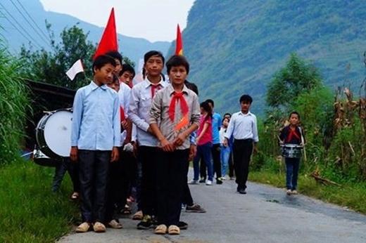 Học sinh trường Tiểu học xã Đường Thượng, huyện Yên Minh, Hà Giang tập trung đến trường ngày khai giảng. Đường Thượng là một xã nghèo, khá hẻo lánh của huyện Yên Minh với tỉ lệ 79,71% hộ nghèo. (Ảnh: Trương Beo)