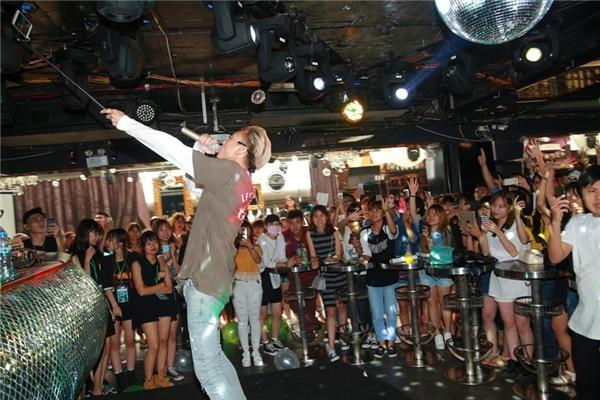 """Nam ca sĩkhiến fan """"phát cuồng"""" khi vừa hát vừa cầm gậy chụp ảnh selfie cùng toàn bộ fan có mặt tại sự kiện. - Tin sao Viet - Tin tuc sao Viet - Scandal sao Viet - Tin tuc cua Sao - Tin cua Sao"""