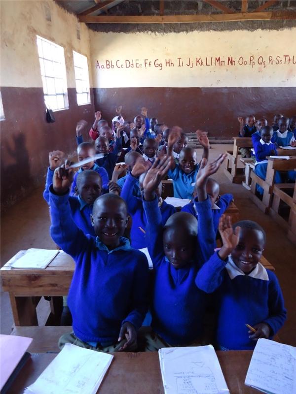 Đối với các học sinh tạiKenya, đi học là một niềm mơ ước lớn lao của nhiều học sinh vì vậy các em luôn trân trọng giây phút hạnh phúc này.