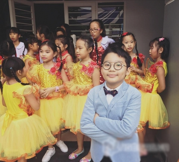 Con trai nam ca sĩ Hoàng Bách bảnh bao đi dự lễ khai giảng với các bạn học cùng lớp. - Tin sao Viet - Tin tuc sao Viet - Scandal sao Viet - Tin tuc cua Sao - Tin cua Sao