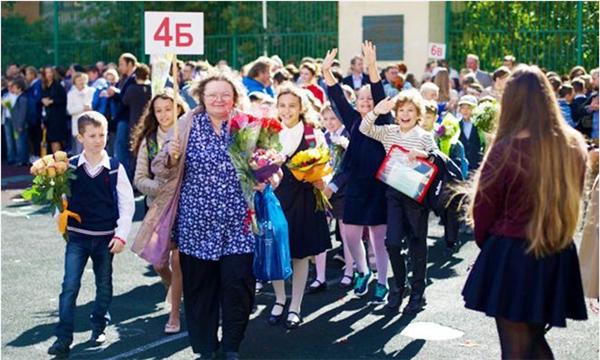 Ở Nga năm học mới diễn ra vào ngày1/9 và được gọi làNgày Tri thức. Vào ngày này, học sinh xếp hàng, diễu hành qua các trục đường chính và mang theo hoa để tặng thầy cô và bạn bè.