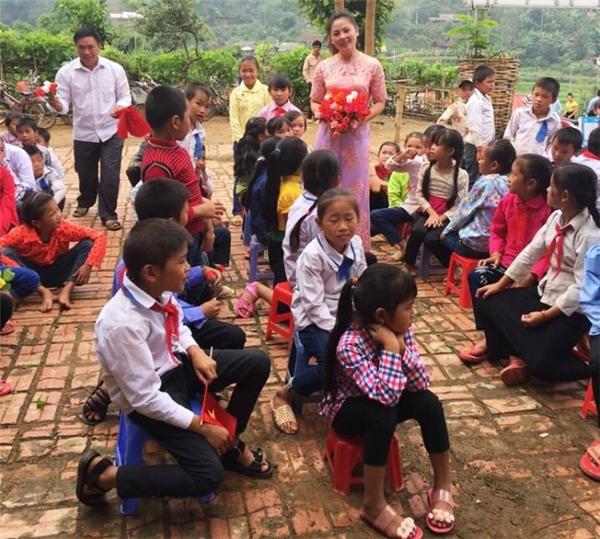 Dù chặng đường đến trường rất vất vả nhưng các em vẫn rất hớn hở và vui sướng khi được đến trường, không khí buổi khai giảng cũng diễn ra rất sinh động.