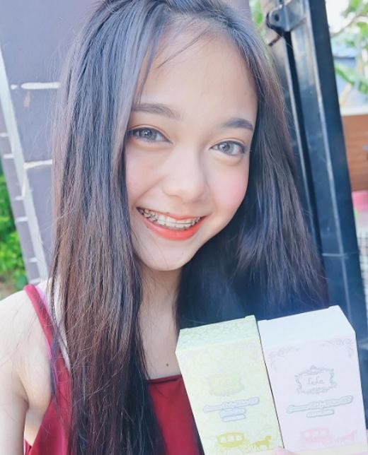 """Nhờ gương mặt ăn hình và nụ cười tươi tắn, cô hot girl Thái Lanđược nhiều nhãn hàng và thương hiệu """"chọn mặt gửi vàng""""."""