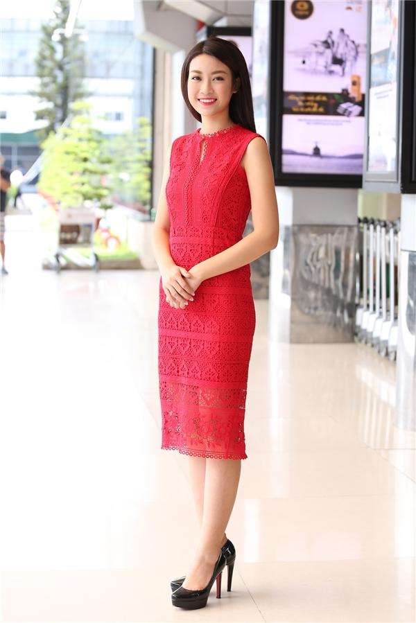 Sau hàng loạt hoạt động dày đặc từ khi đăng quang Hoa hậu Việt Nam 2016, Đỗ Mỹ Linh đã có chuyến về thăm nhà vào ngày 2/9 vừa qua. Tại sân bay, người đẹp 20 tuổi gây chú ý khi diện bộ váy ren gợi cảm với sắc đỏ rực thu hút. Thiết kế có độ ôm vừa phải giúp Mỹ Linh trông đầy đặn hơn.