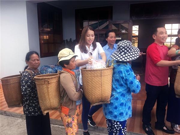 Người đẹp gốc Nam Định trò chuyện, chia sẻ và thăm hỏi các bệnh nhân phong ở Đà Lạt. Sự chân thành và nhiệt tình của cô khiến nhiều người không khỏi cảm động.