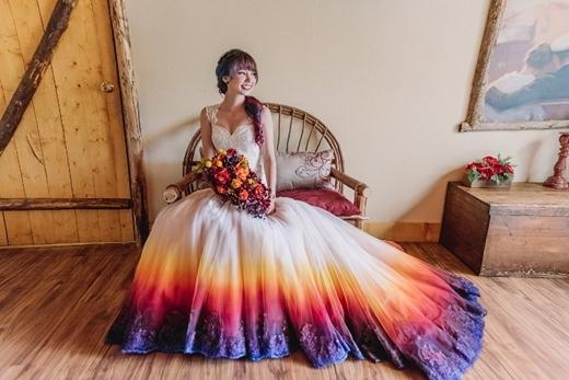 Cô dâu yêu thích sự nổi loạn, náo nhiệt có thể phá cách với những gam màu nổi bật.