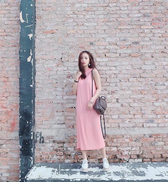 """Sắc hồng vẫn tạo sức hút dù đã """"làm mưa làm gió"""" trong suốt nửa năm qua. Hot girl Sa Lim chọn phối giữa đầm suông dài cùng giày độn để tăng chiều cao, giúp tổng thể trở nên thanh thoát, thu hút hơn."""