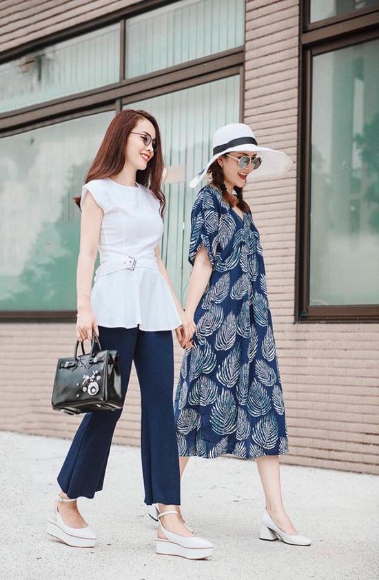 Hai chị em Yến Trang, Yến Nhi minh chứng cho việc đón đầu xu hướng khi sớm lăng xê những combo thanh lịch, trang nhã cho buổi dạo phố ngày giao mùa. Hai sắc màu trắng xanh gợi lên nét hoài cổ nhưng vẫn thể hiện rõ nét tinh thần hiện đại, hợp mốt của trang phục.