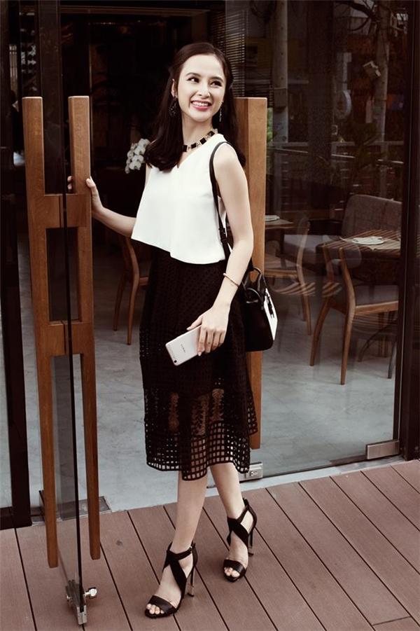 Angela Phương Trinh và hình ảnh quý cô thành thị khi kết hợp chân váy xuyên thấu chừng mực cùng áo hở eo hiện đại. Hai sắc màu trắng đen dù đã cũ nhưng chưa bao giờ hết thu hút.
