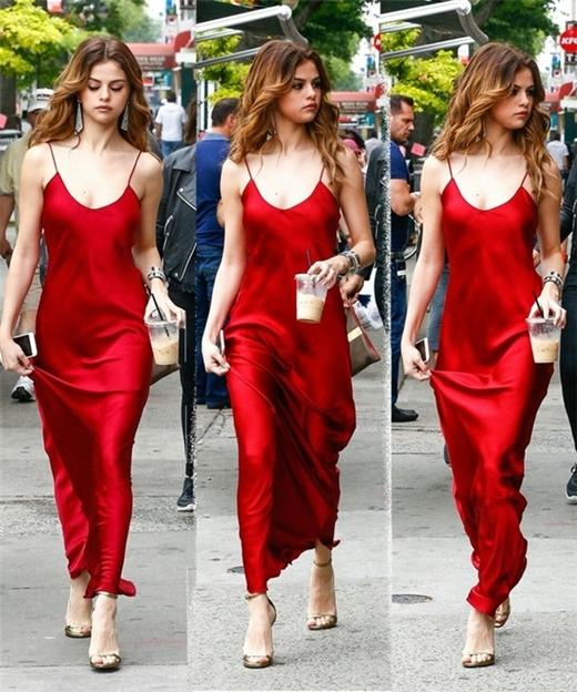 Selena xuất hiện vô cùng gợi cảm trên phố.