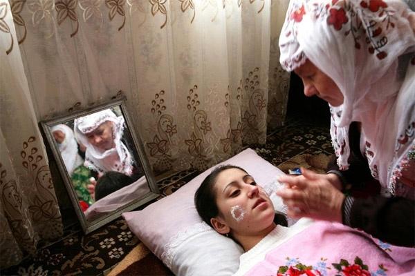 Trước khi về nhà chồng, quy định đối với cô dâu ở Ribnovo là phải hóa trang thành xác chết.
