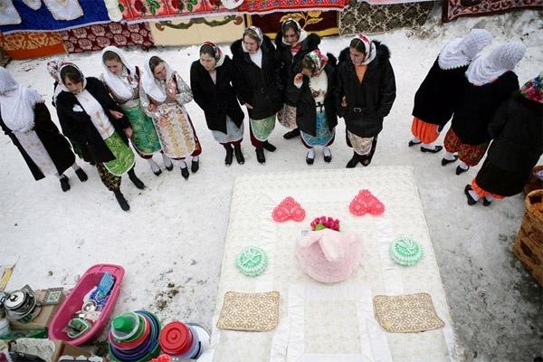 Ngay trong lễ rước dâu, cô dâu phải bày toàn bộ của hồi môn ra sân cho mọi người cùng chiêm ngưỡng.