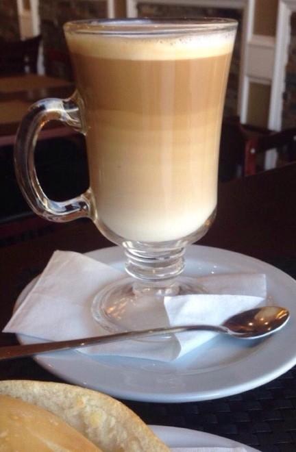 Màu sắc ly cà phê chuyển từ đậm sang nhạt cực kỳ đẹp mắt.