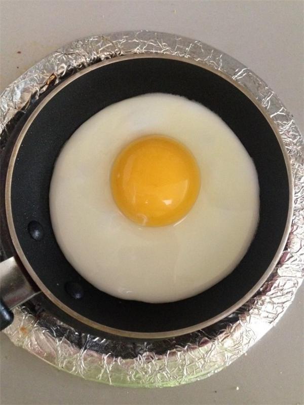 Chắc phải đói lắm mới nỡnhẫn tâm ăn quả trứng này.