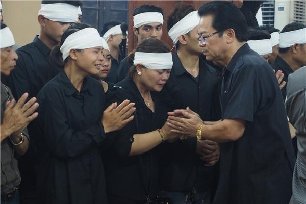 """Những cái nắm tay của anh em nghệ sĩdành cho những người thântrong nhà cố nam diễn viên """"Chu Văn Quềnh"""" - Tin sao Viet - Tin tuc sao Viet - Scandal sao Viet - Tin tuc cua Sao - Tin cua Sao"""