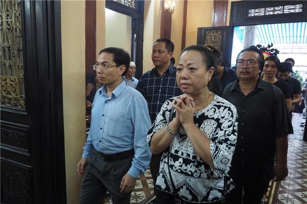 Không ai cầm nổi nước mắt khi đứng trước linh cữu của cố nghệ sĩ - Tin sao Viet - Tin tuc sao Viet - Scandal sao Viet - Tin tuc cua Sao - Tin cua Sao