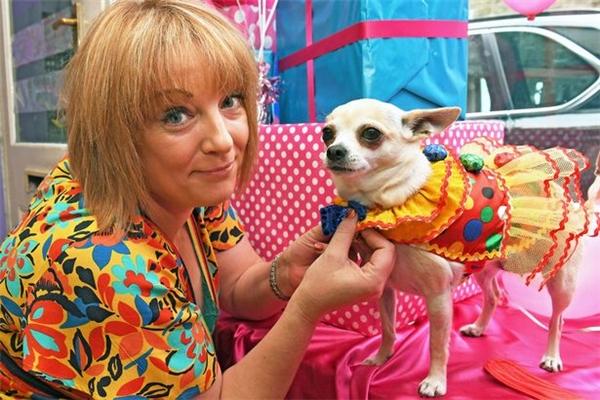 """""""Mọi người đều nhận ra bữa tiệc theo phong cách Mexico, nhưng tôi đoán là không nhiều người biết tôi đã đổ nhiều công sức cho nó như thế nào đâu. Tuy vậy những chú cún có vẻ tận hưởng buổi tiệc. Thật tuyệt vời làm sao khi trông thấy các con 'giao lưu' và chơi đùa cùng nhau"""" – chị Helen nói.   Helen cùng cún yêu tại bữa tiệc sinh nhật xa xỉ.(Ảnh: Mirror)"""