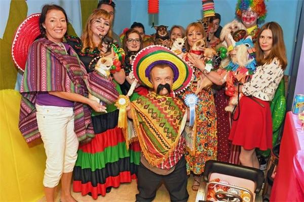 """Có nhiều """"vị khách mời"""" chưa từng tham gia tiệc sinh nhật như thế này bao giờ nhưng vẫn """"bắt nhịp"""" khá tốt. Những cô thợ thường đi vẽ mặt và bong bóng cho tiệc sinh nhật của những đứa trẻ cũng phải hết lời ca ngợi về độ ấn tượng của bữa tiệc, dẫu rằng nó có hơi khác so với những gì họ từng tiếp xúc bấy lâu nay. Còn chủ nhân của bữa tiệc, Salvador và Purdy tỏ ra cực kì thích thú bởi đó là lần đầu tiên các chú được tổ chức tiệc sinh nhật linh đình và vui nhộn thế này.   Bữa tiệc """"ngốn"""" khá nhiều tiền bạc, thời gian và công sức của chị Helen.(Ảnh: Mirror)"""