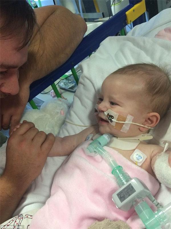 Sau một loạt ca phẫu thuật phức tạp kéo dài hàng giờ liền, cô bé dần dần hồi phục.