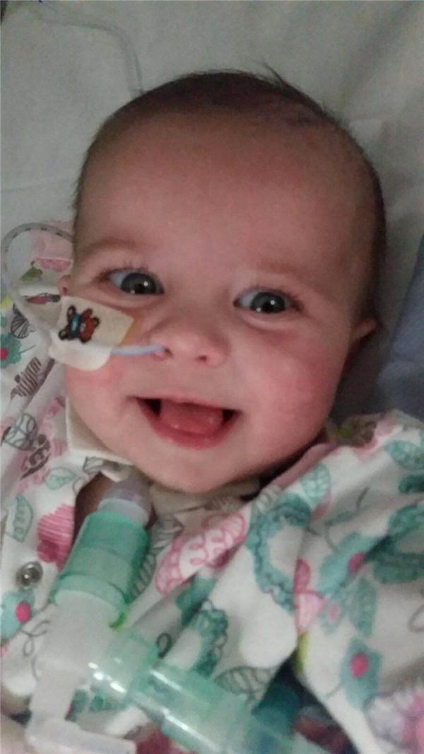 Gabriella cười hạnh phúc khi đượcchào đón cuộc sống lần thứ hai.