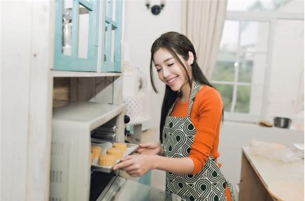 """""""Bà mẹ hai con"""" chính tay nhào bột, chuẩn bị nhân và nướng bánh để cho ra đời những sản phẩm hợp vệ sinh cũng như đảm bảo an toàn thực phẩm. - Tin sao Viet - Tin tuc sao Viet - Scandal sao Viet - Tin tuc cua Sao - Tin cua Sao"""