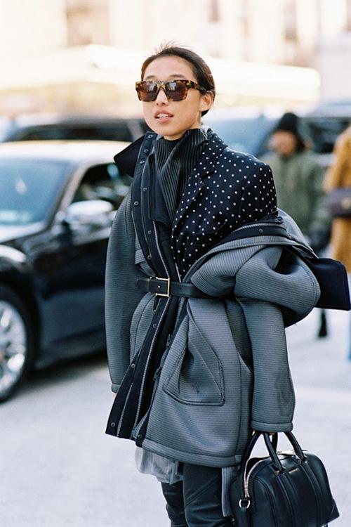 Trong tiết trời thu đông se lạnh, một chiếc áo phông, áo len mỏng hay sơ mi đi kèm vừa giúp bạn trông cá tính hơn vừa giúp giữ nhiệt hiệu quả cho cơ thể.