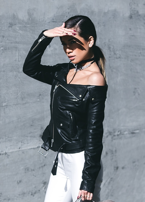 Bên cạnh các thiết kế có phần vai trễ, với áo khoác bomber, nhiều tín đồ thời trang có xu hướng diện áo theo kiểu lệch vai cá tính. Với những set trang phục này, một chiếc vòng cổ chocker, mũ lưỡi trai cùng giày thể thao sẽ tạo nên một tổng thể hoàn hảo.