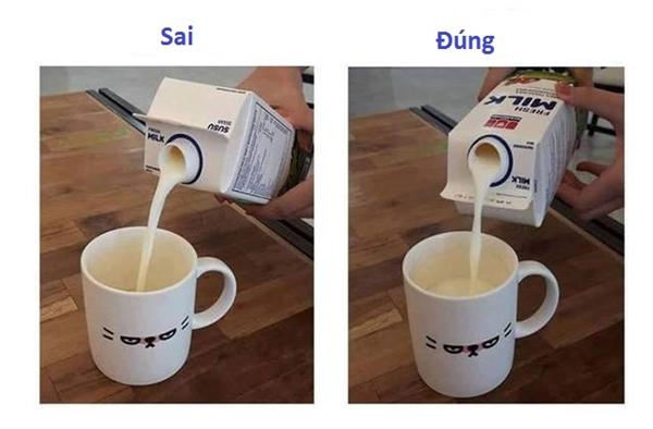 Khi rót sữa hay các loại nước trái cây ra cốc, chúng ta thường nghiêng hộp theo hướng gần nắp bật, tuy nhiên để thực hiện đúng thì bạn phải xoay nó ngược trở lại.