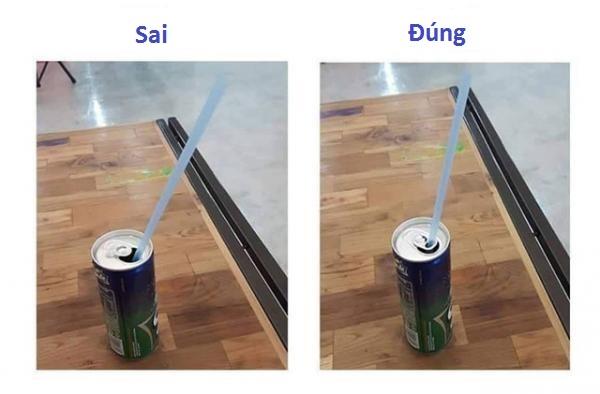 Nhiều lon nước có thànhkhá cao nên ống hút dễbị nổi lên, vì lẽ đó màngười ta đã thiết kế phần nắpbật có lỗ để bạn dễ dàng cố định được nó.