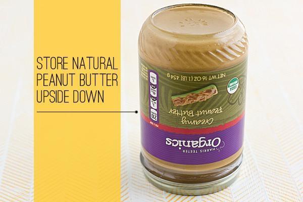 Để tránh lớp dầu nổi lên bề mặt hũbơ đậu phộng, bạn hãy lật ngược hũlại như thế này.
