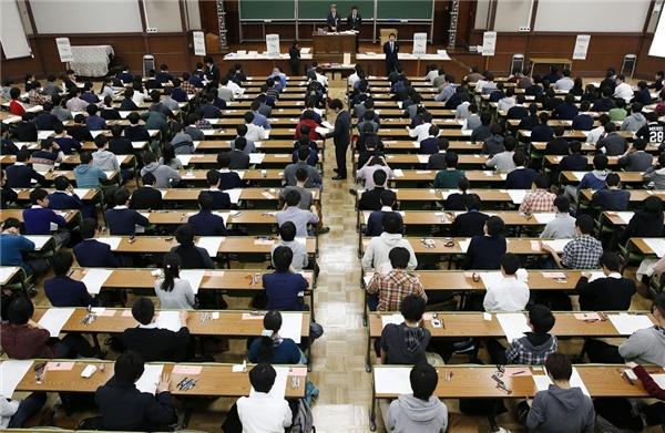 Kì thi đại học ở Nhật Bản vô cùng quan trọng và quyết định cả tương lai của các em sau này.