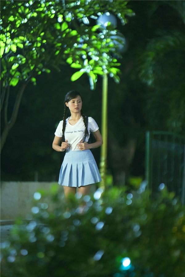 """Midu """"trẻ ra chục tuổi"""" khi diện chiếc váy ngắn màu xanh nhã nhặn cùng kiểu thắt bím hai bên."""