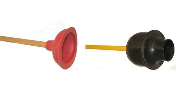 Nhiều người trong số chúng ta thường lầm tưởng về hình dạng của cây hút bồn cầu, thật ra thì vật bên trái là chiếc hút rãnh nước, còn chiếc hút màu đen mới đúnglà ống thông bể phốt.