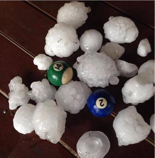 Có những trận mưa đá lớn đến mức viên đá có kích gỡ gần bằng một quả bóng.
