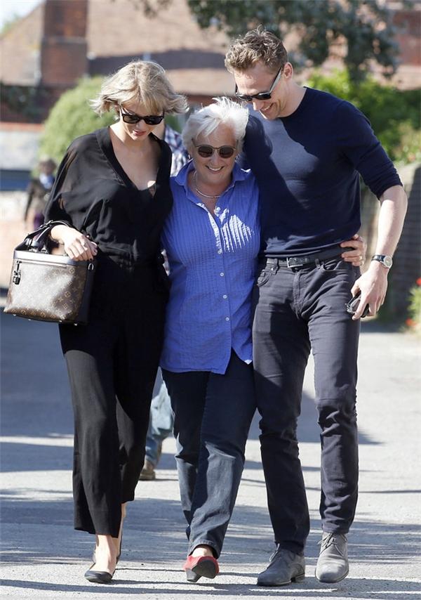 Taylor đến Anh để gặp gỡ và đi nghỉ với gia đình Tom.